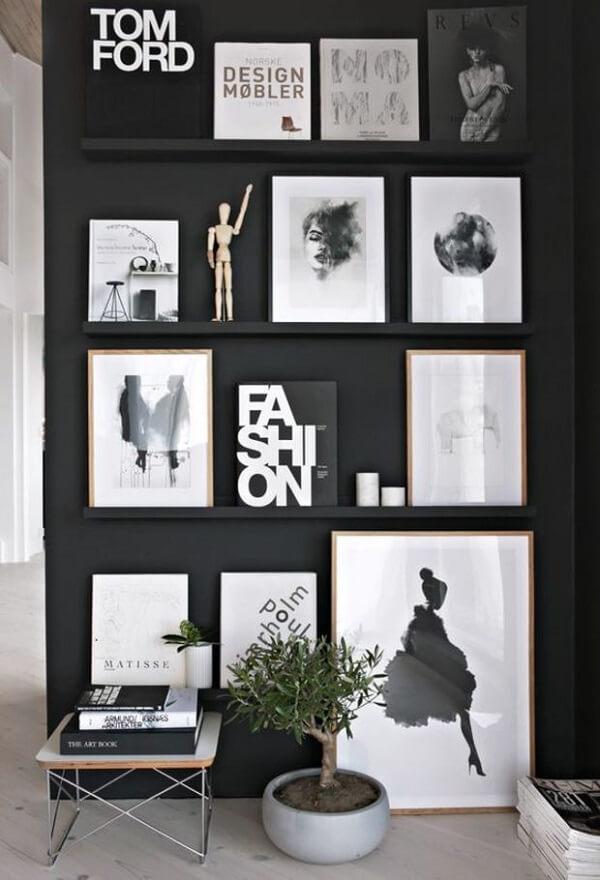 Fixe suportes para quadro na parede preta