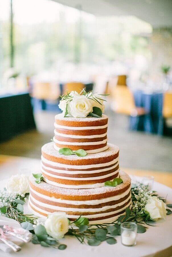 bolo de aniversário de casamento nakec cake decorado com rosas brancas Foto Style me Pretty