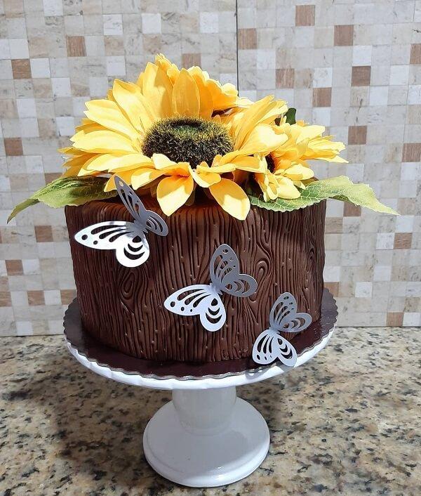 Use e abuse da criatividade na hora de montar o bolo para festa tema girassol