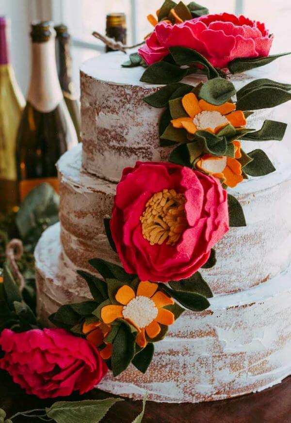 Decoração de bolo com flor de feltro