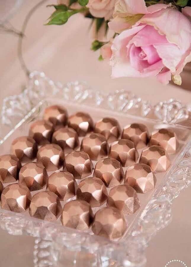 bombons decorados com acabamento rose gold para aniversário de casamento Foto Pinosy