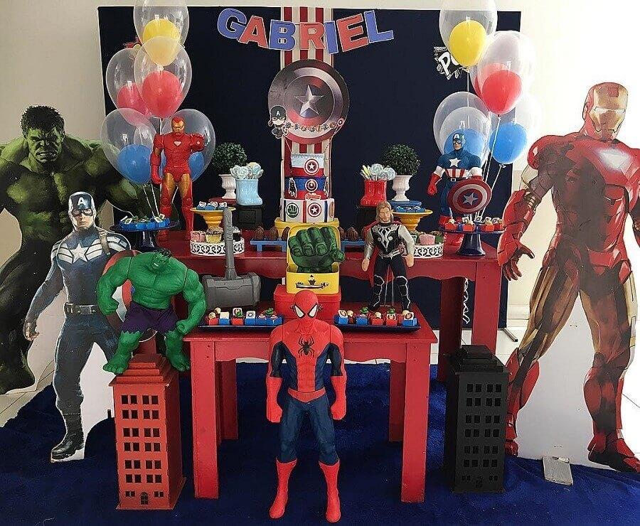 bonecos de super herois grandes para festa dos vingadores infantil Foto Najla Boaventura