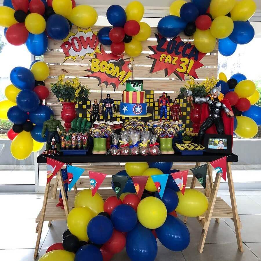 colourful dolls and bladders for avengers party decoration Foto Nicole Matsen Brito