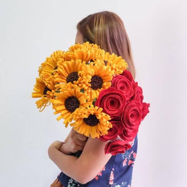 Buquê de flores de feltro com girassol e rosas
