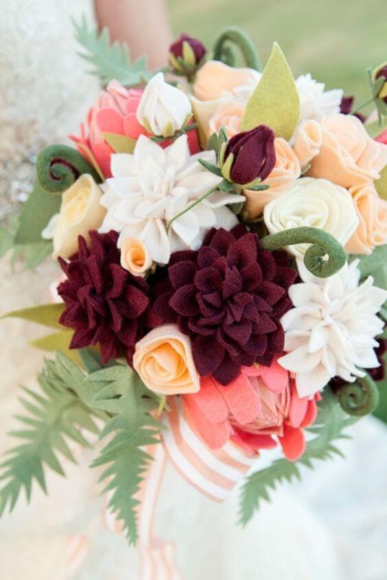Buquê de flor de feltro vermelha, rosa e branca
