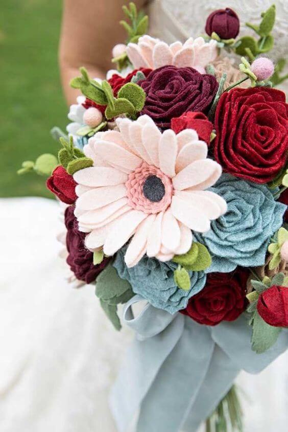 Buquê de flor de feltro com vermelho e azul