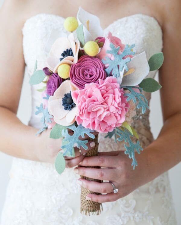 Buquê de flor de feltro em tons de roxo e branco