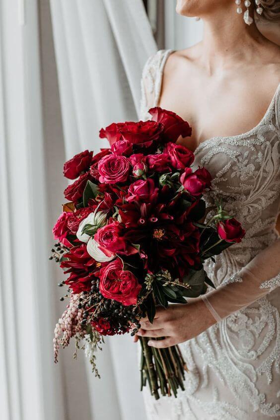 Buquê de flores vermelhas com rosas e peônias