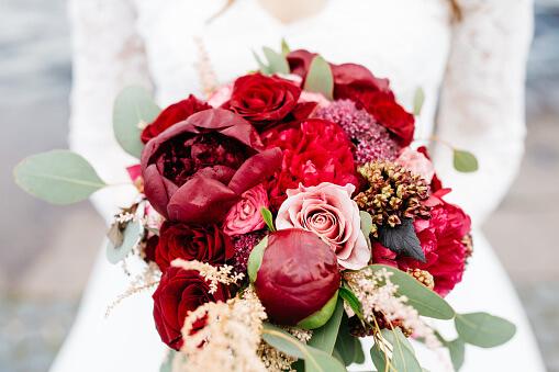 Buquê de noiva de flores vermelhas