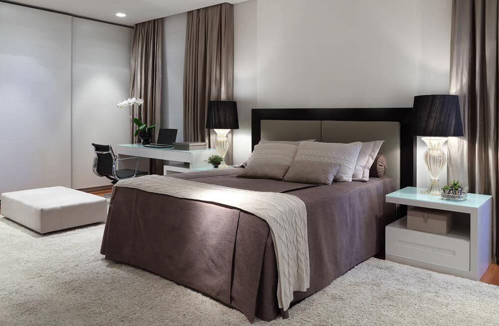 cabeceira - cama de casal com cabeceira de couro e almofadas