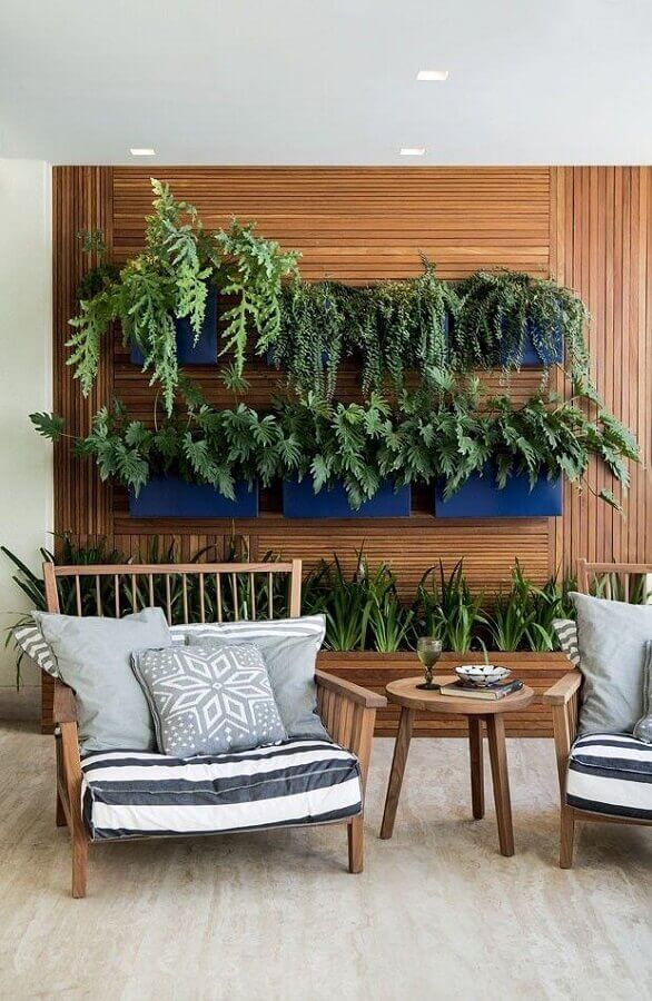 cadeira para varanda decorada com revestimento de madeira para parede Foto Estreno Casa