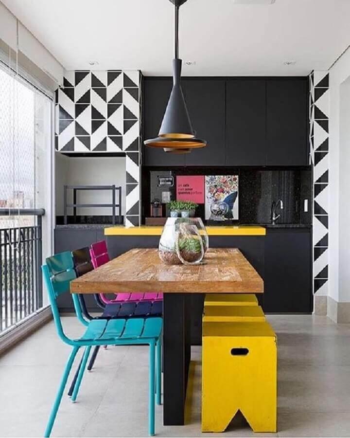 cadeiras coloridas para varanda gourmet com churrasqueira Foto Pinterest