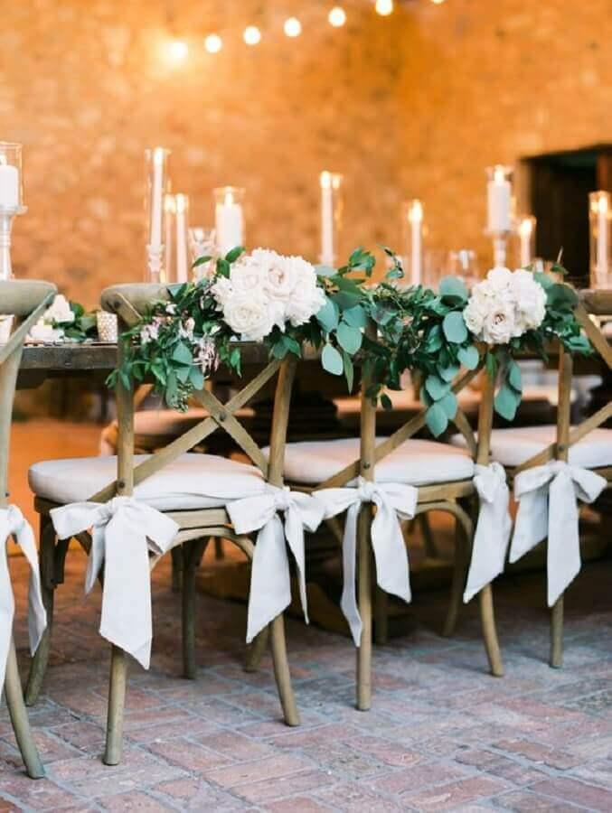 cadeiras decoradas com flores brancas para festa de aniversário de casamento Foto Glamour & Woods