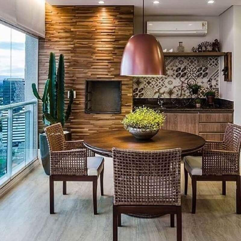 cadeiras para varanda de apartamento com mesa redonda de madeira e churrasqueira Foto Pinterest