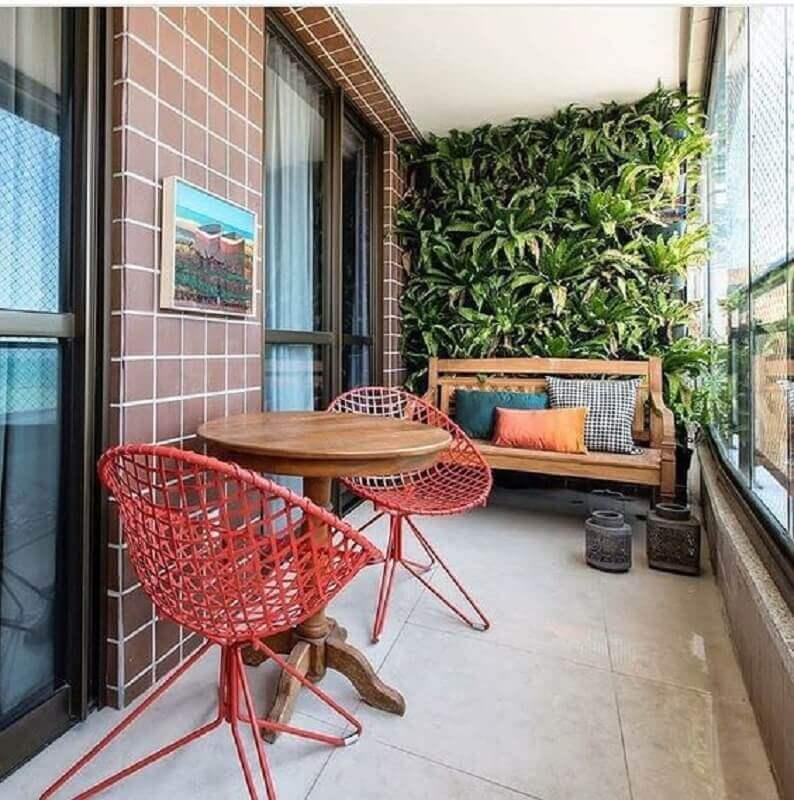 cadeiras para varanda de apartamento decorado com jardim vertical Foto Dicas Decor