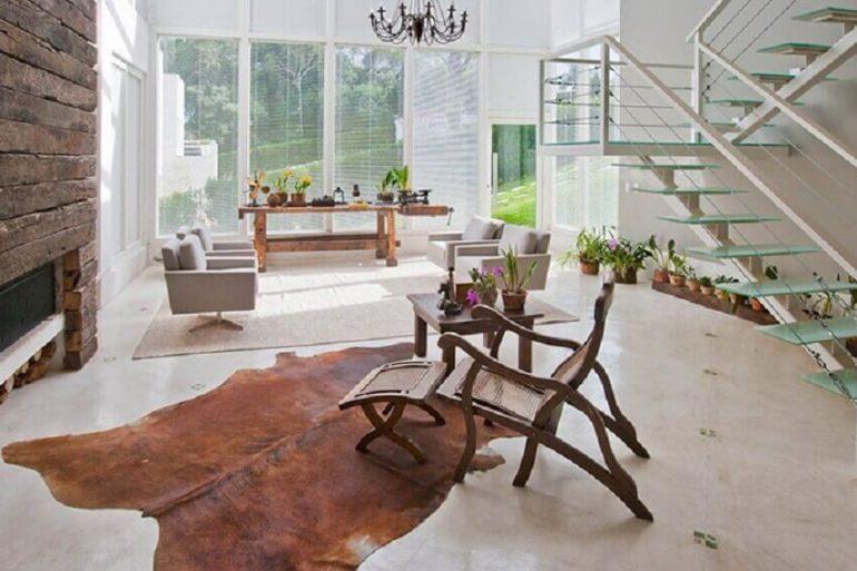 casa com paredes de vidro decorada com tapete de couro de boi Foto Idália Daudt