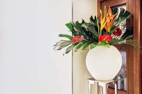 Casa decorada com flores vermelhas