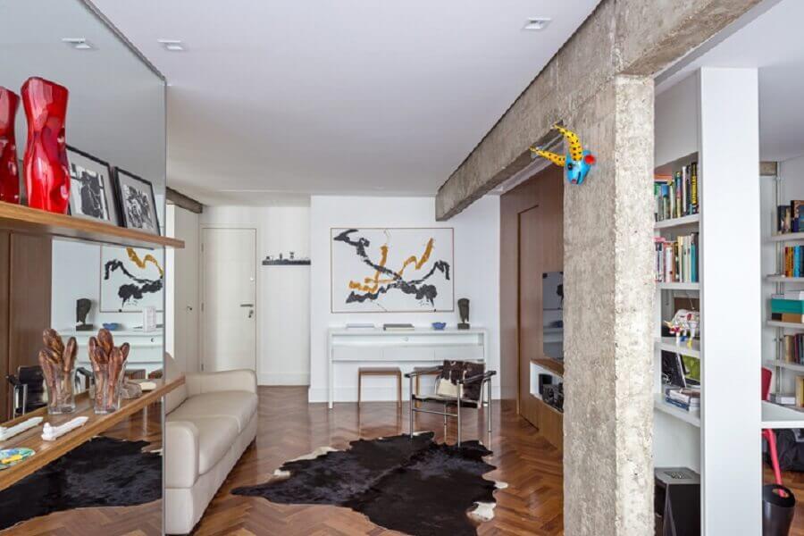 casa decorada com tapete de couro de boi preto e branco Foto Semerene Arquitetura Interior