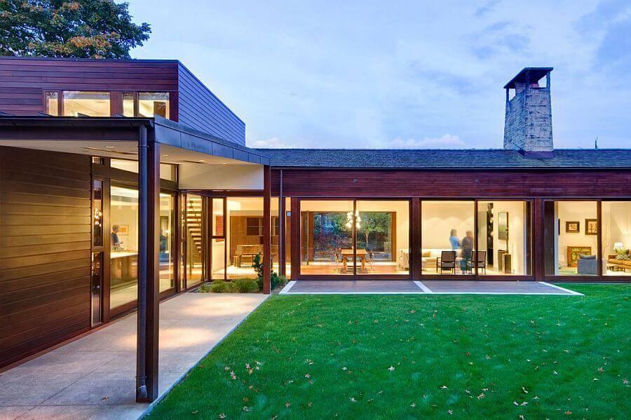 casa em formato de l com grande jardim Foto ArchDaily