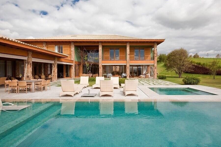 casa em l com piscina e detalhes rústicos Foto Mado