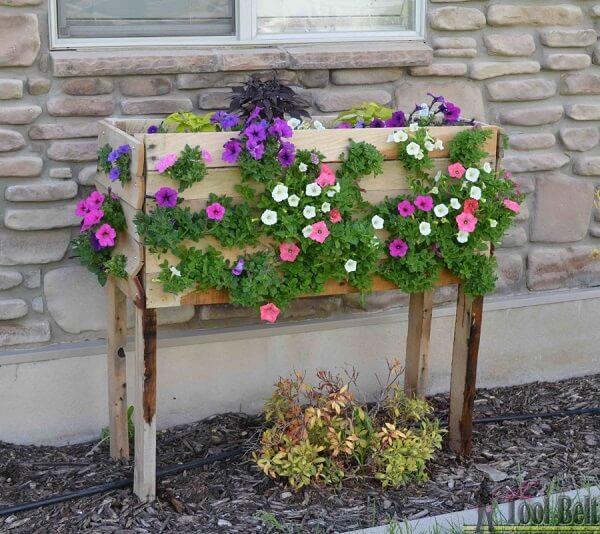 Floreira de madeira de chão forma uma linda cascata de flores