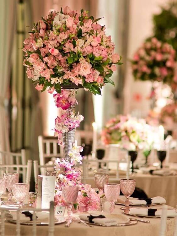 Centro de mesa com astromelias cor de rosa