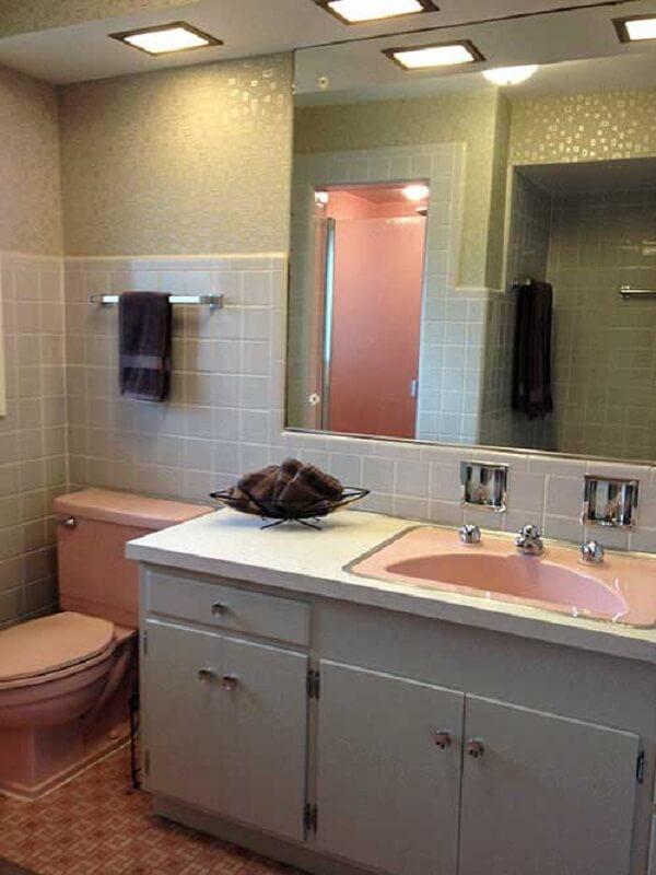Banheiro vintage com piso rosa e parede em tons de cinza