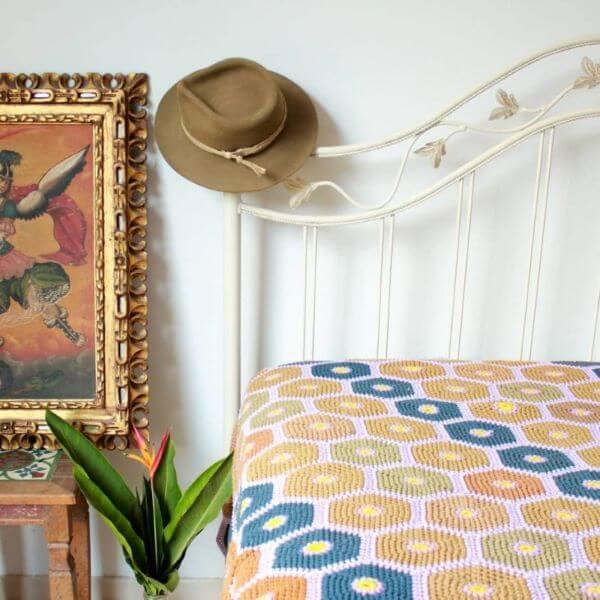 Colcha de crochê amarelo e azul para quarto
