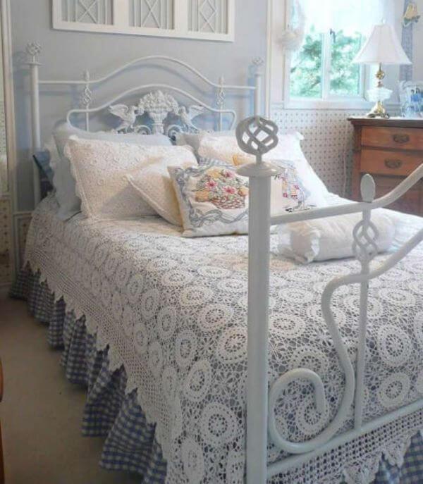 Colcha de crochê branca com cama