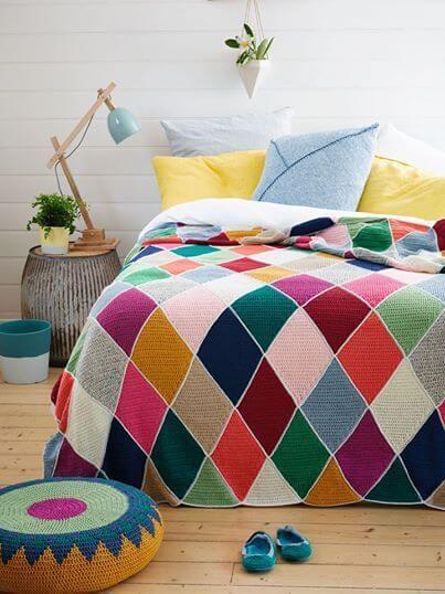 Colcha para cama de casal com losangulos coloridos de crochê