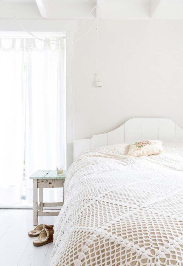 Colcha neutra feita de crochê para um quarto de casal