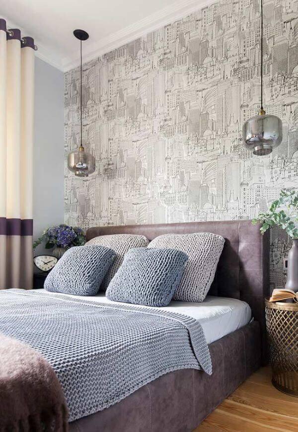 Colcha e almofadas de crochê para quarto com decoração industrial