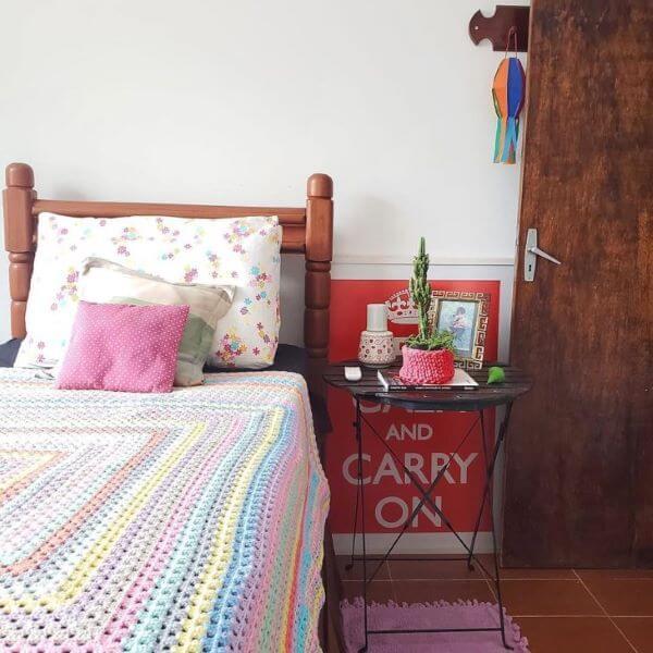 Colcha de crochê colorida para quarto