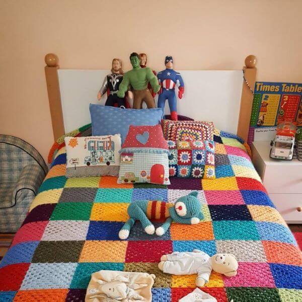 Colcha de crochê solteiro e colorida para quarto infantil
