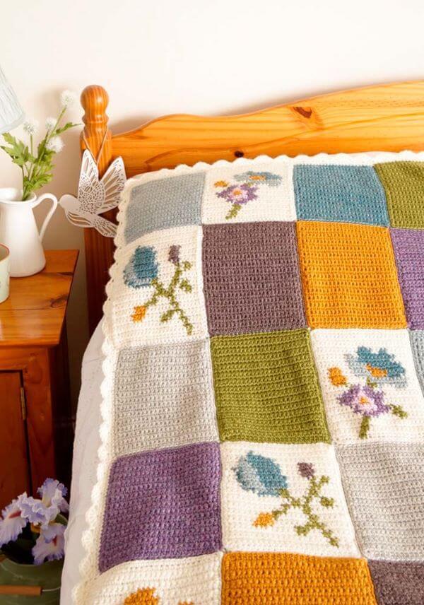 Colcha de cama de crochê com flores nos quadrados
