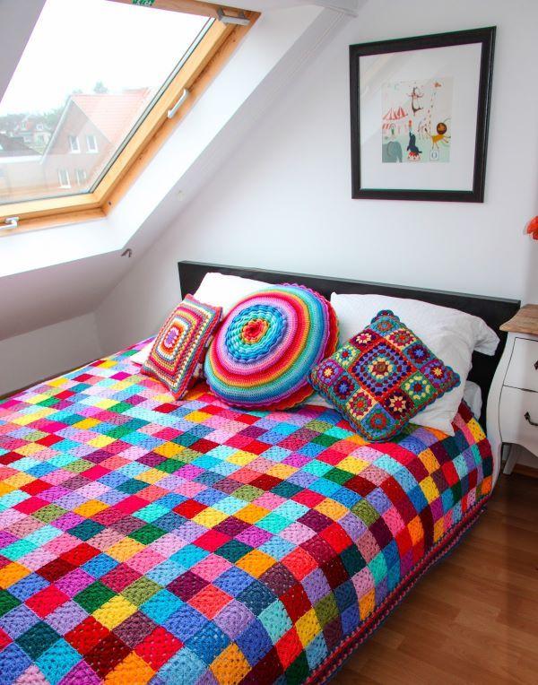 Colcha de crochê em quadrados coloridos