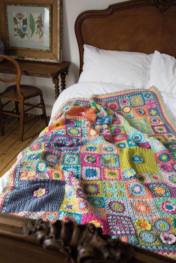 Colcha de crochê colorida para quarto rústico