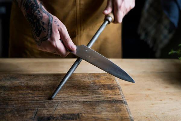 Como afiar faca com chaira, lima ou pedra