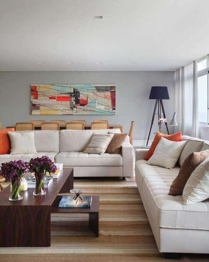 conjunto de sofá branco para sala decorada com mesa de centro de madeira Foto Adriana Valle Patricia Carvalho