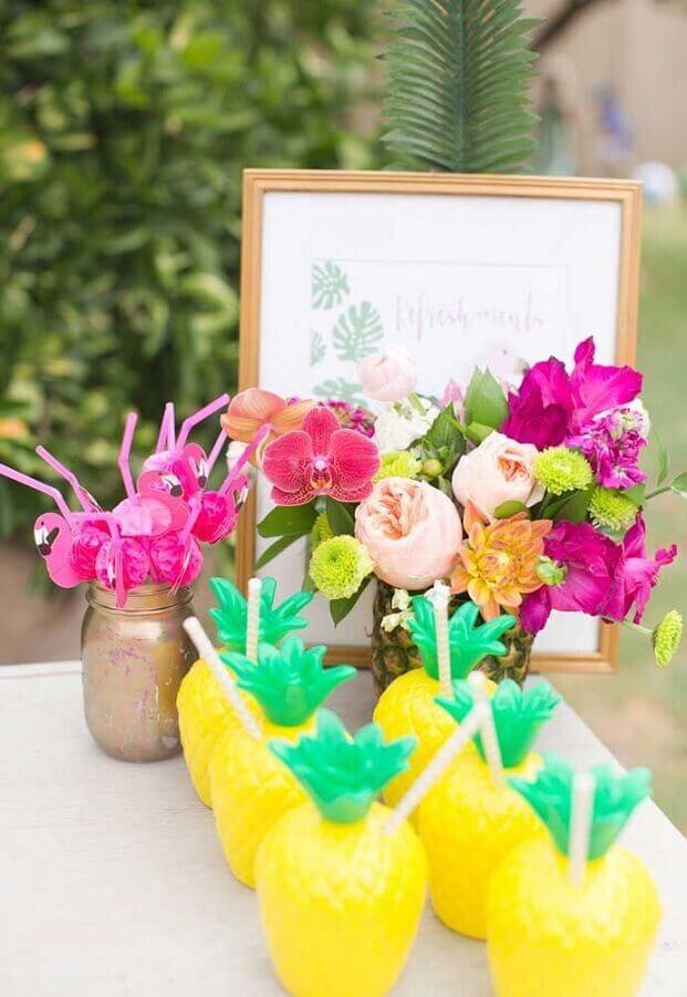 copos em formato de abacaxi para decoração de festa flamingo e abacaxi Foto Pinterest