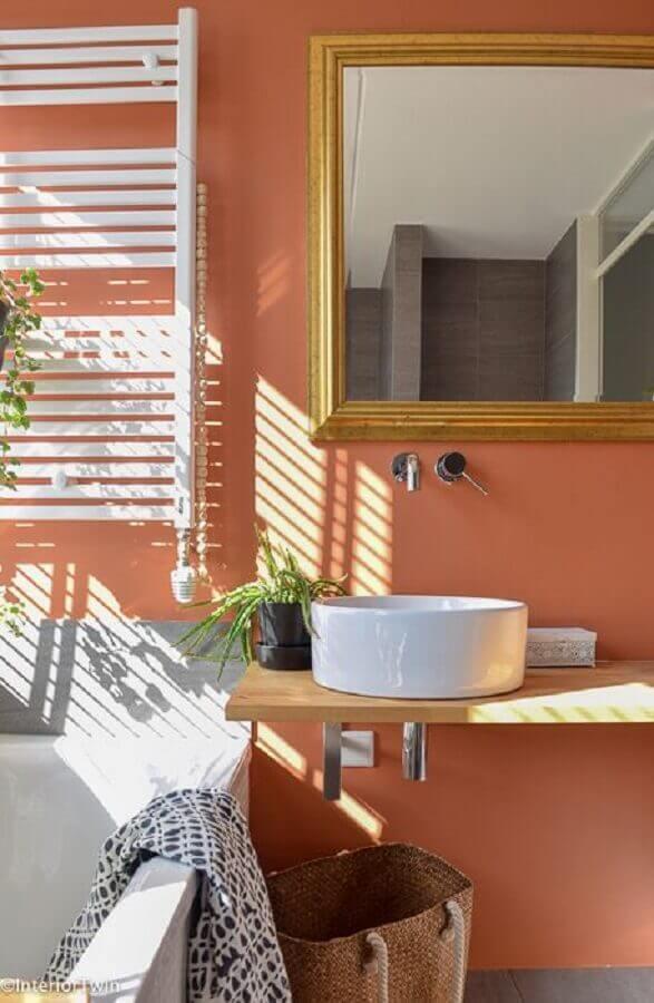 cor de parede terracota para banheiro com bancada de madeira e cuba redonda Foto InteriorTwin