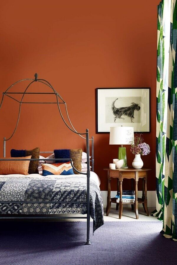 cor de parede terracota para quarto de casal com cama de ferro Foto House & Garden