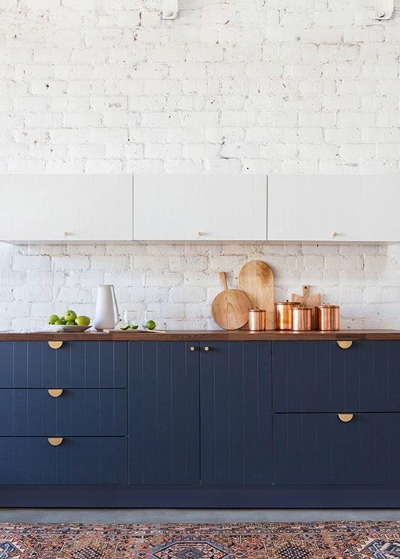 Gabinete classic blue com parede em tijolinho