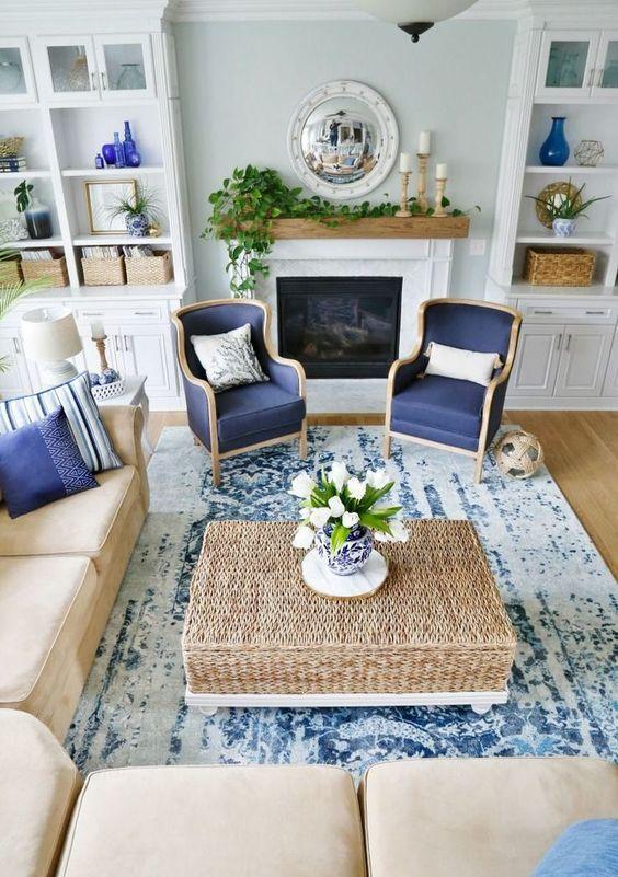 Sala de estar com decoração bege e classic blue
