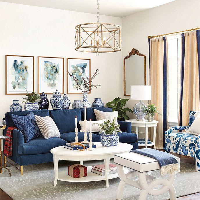 Sofá na cor do ano com poltronas estampadas em classic blue