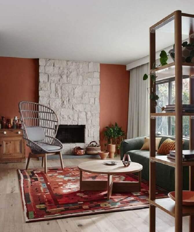 cor terracota para parede de sala com lareira Foto Mil Ideas