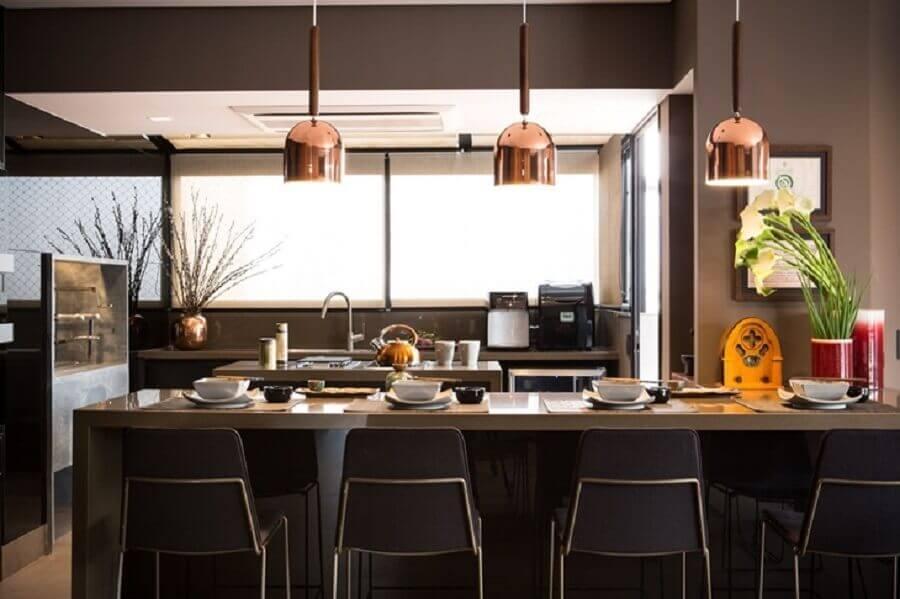 cozinha americana planejada preta decorada com pendente cobre Foto Batistelli Arquitetura e Design