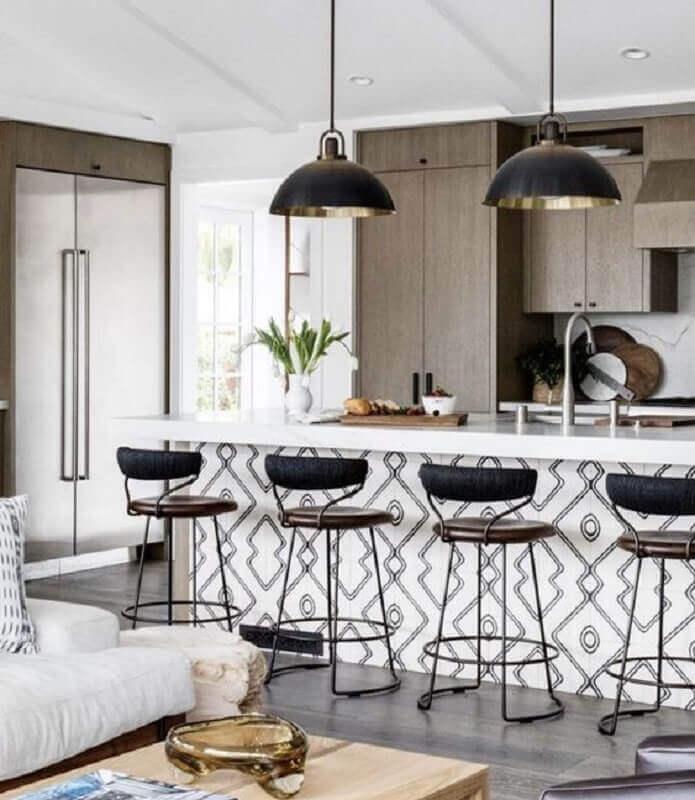 cozinha decorada com banquetas modernas com encosto Foto Allied Maker