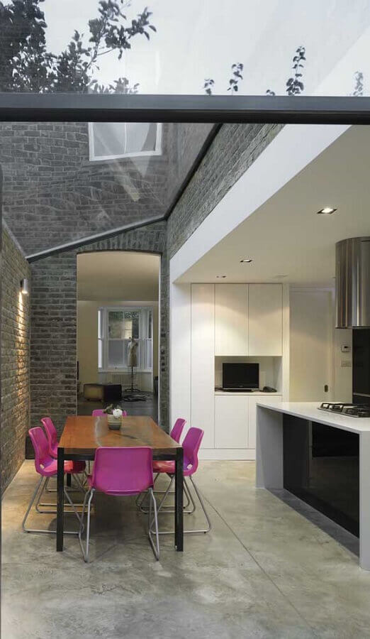 cozinha gourmet moderna com mesa de madeira e cadeiras magenta Foto Pinterest