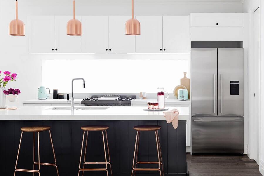 cozinha moderna planejada com ilha decorada com pendente cobre rose Foto E&S Trading